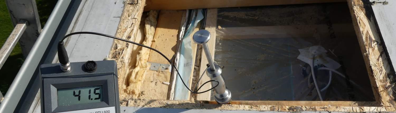 Öffnung eines unbelüftetes Flachdach mit Schäden zur Begutachtung